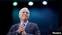 លោក John McCain ដែលជាសមាជិកព្រឹទ្ធសភានៅក្នុងរដ្ឋ Arizona ស្តាប់ការណែនាំខ្លួនរបស់លោកនៅក្នុងការប្រមូលផ្តុំសម្រាប់យុទ្ធនាការមួយនៅក្នុងក្រុង Fayetteville រដ្ឋ North Carolina កាលពីថ្ងៃទី២៨ ខែតុលា ឆ្នាំ២០០៨។