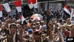 Binh sĩ và dân chúng Yemen ăn mừng tại thủ đô Sanaa, ngày 5/6/2011