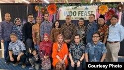 Warga Indonesia bersama Konsul Jenderal RI, Simon D.I. Soekarno (ke-7 dari kiri) di acara Indo Feast Halal Festival di California (dok: Ake Pangestuti)