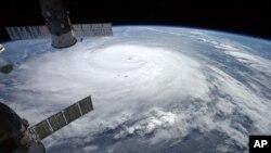 Gambar pergerakan Topan Gonzalo Hurricane yang difoto oleh astronot Alexander Gerst dari Stasiun Antariksa Internasional (16/10). (AP/Alexander Gerst/ESA/NASA)