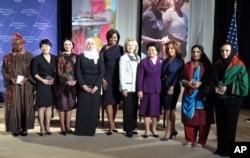 克林顿和米歇尔.奥巴马向10名各国妇女颁发了国际妇女勇气奖