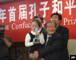 """""""孔子和平奖""""被象征性地颁给一个小女孩儿"""