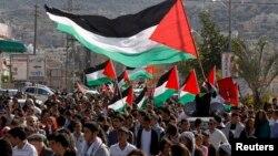 Ratusan warga Arab Israel berpawai dan menggelar rapat umum untuk memperingati Hari Tanah di kota Arabah, Israel hari Minggu (30/3).