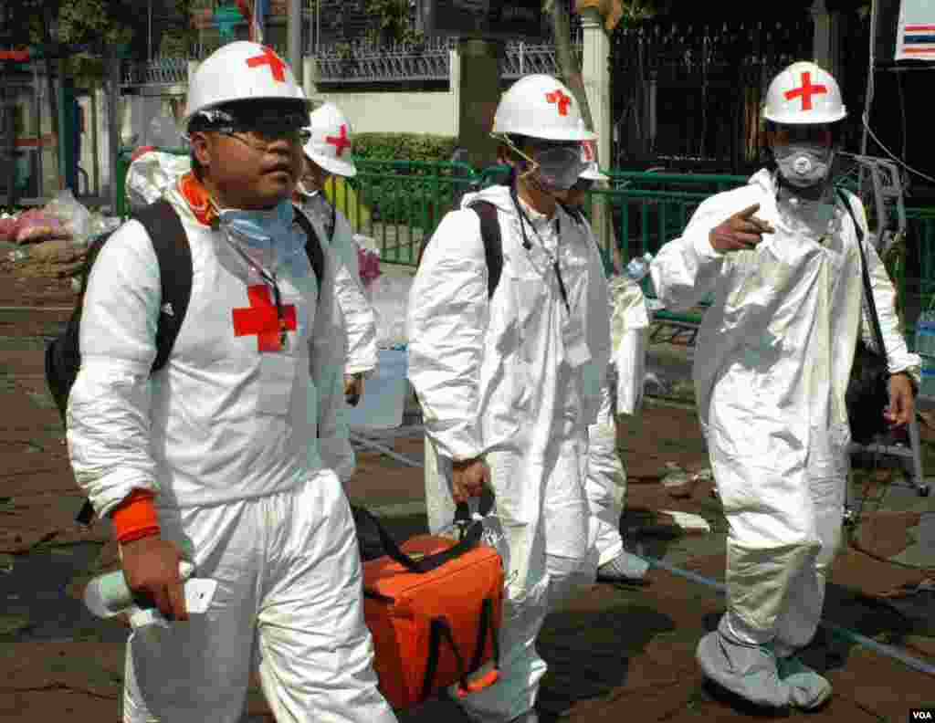 A medical team leaves the government complex in Bangkok, Dec. 3, 2013. (Steve Herman/VOA)