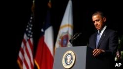奥巴马总统4月25日在德克萨斯州参加为在化肥厂爆炸案遇难者举行的追思仪式