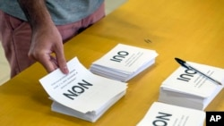 Seorang pria bersiap memberikan suaranya dalam referendum di TPS di Noumea, Kaledonia Baru, 4 November 2018.