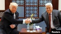 23일 팔레스타인을 방문한 도널드 트럼프 미국 대통령(왼쪽)이 마무드 압바스 팔레스타인 자치정부 수반과 정상회담에 앞서 악수하고 있다.