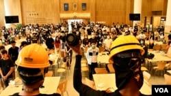 數百名香港中文大學學生響應抵制美心集團經營的善衡書院飯堂,抗議美心創辦人長女伍淑清親中、撐警,扼殺學生罷課及思想自由。(美國之音湯惠芸攝)