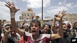 ພວກປະທ້ວງຕໍ່ຕ້ານລັດຖະບານ ທວງໃຫ້ປະທານາທິບໍດີ Ali Abdullah Saleh ລາອອກຈາກຕໍາແໜ່ງ ທີ່ນະຄອນຫລວງ ຊານາອາ ຂອງເຢເມນ ວັນທີ 8 ມິຖຸນາ 2011.