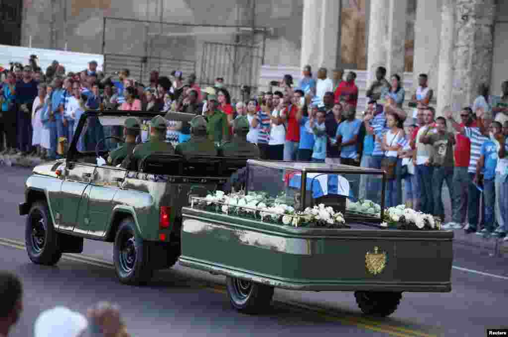 یک خودرو نظامی خاکستر فیدل کاسترو، رهبر سابق کوبا، را در خیابانهای هاوانا میبرد. این آغاز یک سفر چند روزه است که مقصد نهایی آن در شهر سانتیاگو است.