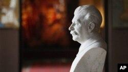 Patung Josef Stalin dipajang di dalam museum di kota kelahirannya, Gori, 80 kilometer ke arah selatan dari ibukota Georgia, Tbilisi (9/4). Museum yang dibangun sejak 1937 ini sedang ditata ulang untuk lebih menampilkan kediktatoran era pemerintahannya.
