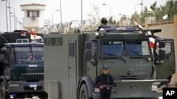 Polisi Mesir berjaga-jaga di jalan-jalan Kairo, Minggu, 16 Februari 2014.