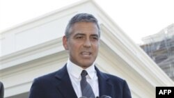 Джордж Клуни отвечает на вопросы прессы после встречи с Бараком Обамой в Белом доме 12 октября 2010г.