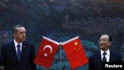 Perdana Menteri Turki Recep Tayyip Erdogan (kiri) dan Perdana Menteri Tiongkok Wen Jiabao di Balai Rakyat Beijing (9/4)