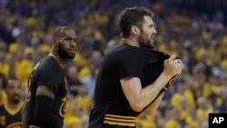 Kevin Love, à droite, et Lebron James, lors des finales NBA entre Cleveland Cavaliers et Golden State Warriors, USA, le 12 juin 2017.