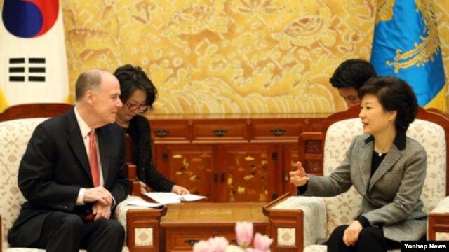 26일 청와대에서 토마스 도닐런 미국 국가안보보좌관(왼쪽)과 만난 박근혜 한국 대통령.