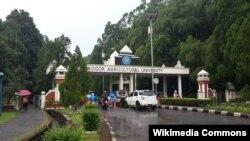 The entrance gate of the IPB University, Bogor, Indonesia. (Foto: Wikipedia/Davidelit)