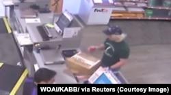 Фото з камери спостереження показує підозрюваного серійного підривника в офісі FedEx в Остіні, штат Техас. Фото було передане правоохоронним органам 21 березня 2018 року.