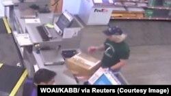 Une image de surveillance montre Mark Conditt dans les bureaux de FedEx à Austin, Texas le 21 mars 2018. WOAI / KABB