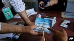 Nhân viên Afghanistan kiểm phiếu bầu