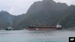 Tàu chở hàng 'Wise Honest' của Triều Tiên (ở giữa) được kéo tới Cảng Pago Pago, đảo Samoa thuộc lãnh thổ Hoa Kỳ, vào ngày 11/5/2019. (AP Photo/Fili Sagapolutele)