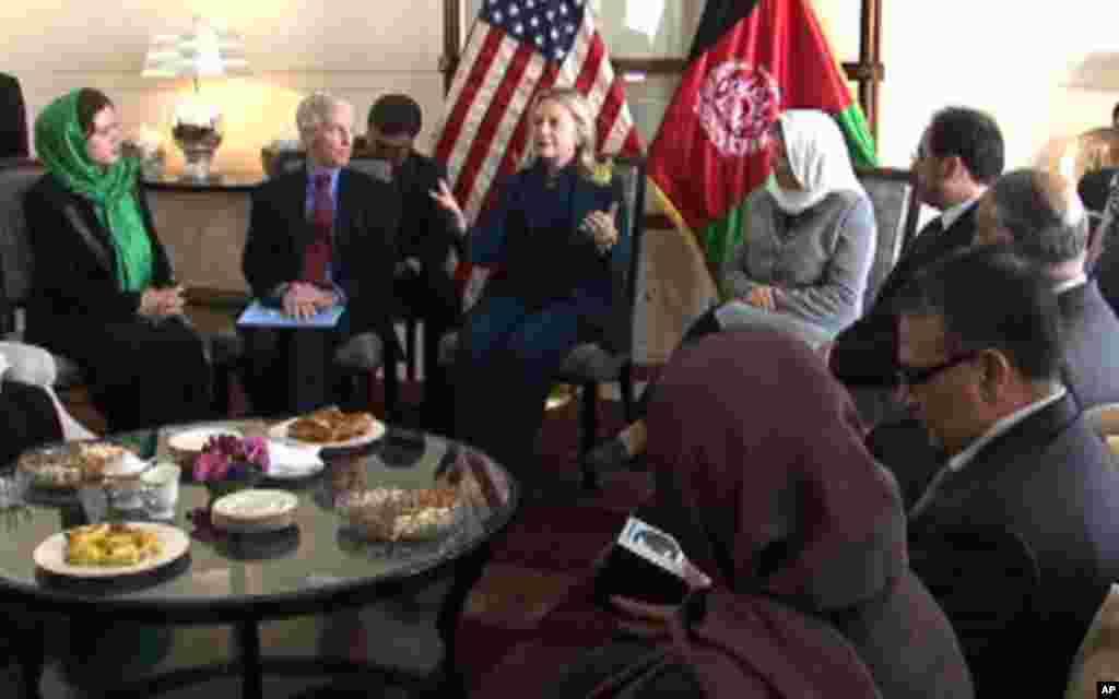 دیدار کلنتن با فعالین جامعه مدنی افغانستان در کابل