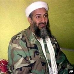 ໃນຮູບນ ຖາຍເມອເດືອນທັນວາ 1998, ນາຍບິນ ລາເດັນ ຜູນຳກຸມ al Qaida ໃຫສຳພາດຂາວແກນັກຂາວກຸມນງ ໃນເຂດພູເຂົາແຂວງ Helmand ໃນ ພາກໃຕຂອງອັຟການິສຖານ, ຊງເຂົາໄດຮຽກຮອງໃຫ ຊາວມຸສລິມສັງຫານຄົນອາເມຣິກັນ, ບວາຈະພົບເຫັນຢູບອນໃດກໍຕາມ.