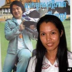 ນາງ Sann Socheata ແຫ່ງອົງການ Handicap International - Belgium ຢູ່ຕໍ່ໜ້າພາບໂພສເຕີ້ ຂອງດາຣາ ຮູບເງົາຮົງກົງ ເສີນຫລົງ ຫລື Jackie Chan ທີ່ປຸກລະດົມໃຫ້ຊາວກໍາປູເຈຍ ໃສ່ໝວກກັນ ກະທົບ ເວລາຂີ່ລົດຈັກ.