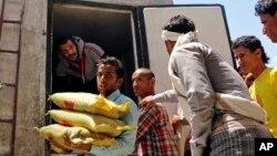 Seorang relawan Yaman membagikan kantung-kantung beras bantuan untuk para pengungsi di Taiz, Yemen (Foto: dok).