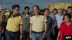 Tổng thống Philippines Benigno Aquino (giữa) đến thăm cảng hải quân nơi một số hàng cứu trợ được đưa đến Tacloban bằng thuyền, 17/11/13