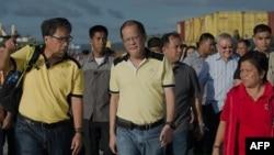 Presiden Filipina Benigno Aquino mengunjungi pelabuhan di kota Tacloban di mana bantuan untuk korban bencana datang dengan kapal (17/11).