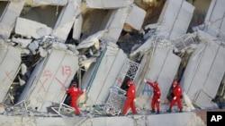 緊急救援人員繼續搜尋因地震倒塌而被埋的人群(2016年2月7日)