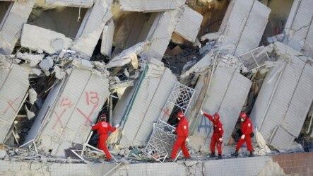在台湾的台南,救援人员搜索一座倒塌的建筑(2016年2月7日)