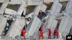 紧急救援人员继续搜寻因地震倒塌而被埋的人群(2016年2月7日)。