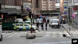 Полицейское оцепление на месте теракта в Стокгольме 8 апреля 2017 года