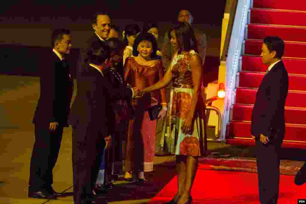 Michelle Obama shaked hands with Education Minister Hang Chuon Naron upon her arrival at Siem Reap International Airport. (Photo by Neou Vannarin/VOA Khmer)