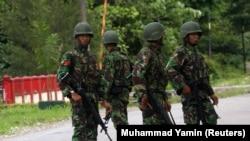 Tentara berpatroli di jalan di Timika di Papua, 18 Juli 2009. (Foto: REUTERS/Muhammad Yamin)