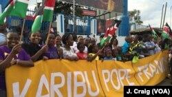 2015年11月25号在肯尼亚内罗毕人们在等待教宗方济各的到来。