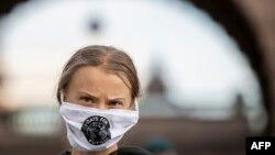 """Aktivis iklim asal Swedia, Greta Thunberg, berpartisipasi dalam demo """"Jumat untuk Masa Depan"""" di depan gedung parlemen Swedia (Riksdagen) di Stockholm, 25 September 2020. (Foto: Jonathan Nackstrand/AFP)"""