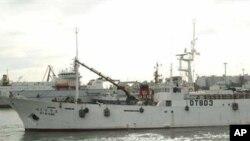 南韓一艘漁船在搜救南韓拖網漁船後返回港口