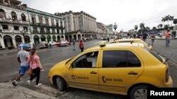 Taksi menunggu pelanggan di Havana, Kuba (8/1). (Reuters/Enrique de la Osa)