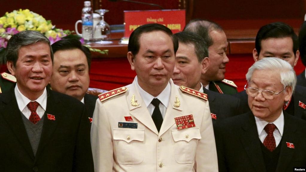 Bộ trưởng Công an Đại tướng Trần Đại Quang đứng cùng Tổng Bí Thư Nguyễn Phú Trọng và Ủy viên Bộ Chính trị Đinh Thế Huynh trong lễ bế mạc QH khóa 12 trong đó ông Quang được cử làm Chủ tịch nước.