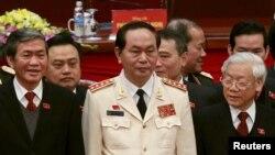 Majelis Nasional Vietnam memilih seorang pejabat tertinggi kepolisian, Tran Dai Quang (tengah) menjadi presiden, hari Sabtu (2/4).