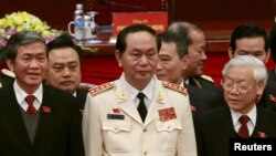 Vietnam's Public Security (Police) Minister General Tran Dai Quang (C) stands with Communist Party's General Secretary Nguyen Phu Trong (R) and Politburo member Dinh The Huynh (L) at a closing ceremony of 12th National Congress of the Party in Hanoi, January 28, 2016. Vietnam's parliament swore in Tran Dai Quang as president on April 2, 2016, elevating the head of a controversial internal security agency to one of the communist nation's most powerful political posts. Picture taken on January 28, 2016. REUTERS/Kham