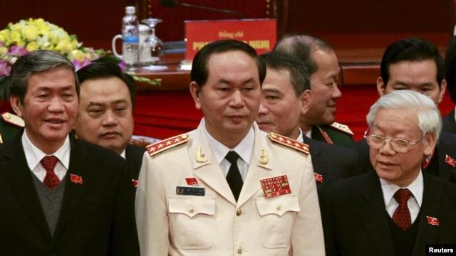 ဗီယက္နမ္ လူထုလံုျခံဳေရး ၀န္ၾကီးဌာန အႀကီးအကဲ Tran Dai Quang (လယ္) ကို ကြန္ျမဴနစ္ ပါတီ အႀကီးအကဲမ်ားႏွင့္အတူ  ဇန္န၀ါရီလ ၂၈ရက္ေန႕က ဗီယက္နမ္ အမ်ိဳးသားကြန္ဂရက္ ညီလာခံ ပိတ္ပြဲတြင္ ေတြ႕ရစဥ္။ ဓါတ္ပံု - (REUTERS/Kham TPX)