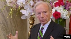 Former U.S. Senator Joe Lieberman addresses the Organization of Iranian American Communities at its annual Nowruz celebration in the Russell Senate Office building in Washington, March 15, 2018. (K. Jamshidi/VOA)