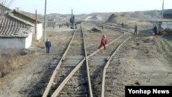 한국 정부가 남북관계가 호전되면 개성~평양 고속도로 및 개성~신의주 철도 개·보수사업 등을 검토하겠다고 18일 국회에 보고했다. 사진은 지난 2003년 12월 11일 북한 개성 인근 철로의 모습.