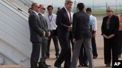 مسئولان هندی در فرودگاه هند از جان کری استقبال کردند.
