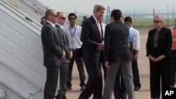 Menlu AS John Kerry (tengah kiri) disambut oleh Aman Puri dengan upacara penyambutan tamu India, setibanya di New Delhi, India (23/6).