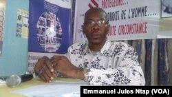 Maître Simh, avocat au barreau du Cameroun, modérateur le 17 février 2017 lors du briefing à la presse sur les droits de l'homme au Cameroun, le 17 février 2017. (VOA/Emmanuel Jules Ntap)
